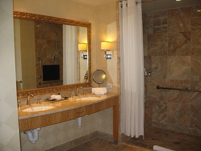 Come illuminare il bagno: Faretti o luci a sospensione